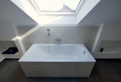 ... Dachgeschoss Badewanne, Schräge Decke, Fenster, Elegante Fliesen ...