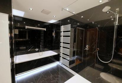 Schwarzes Bad, Dunkle Fliesen, Badewanne, Duschkopf, Handtuchhalter  Heizung, Begehbare Dusche ...