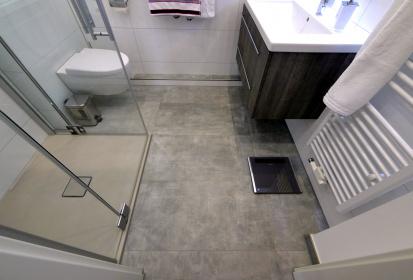 ... Tageslichtbad, Kleines Bad, Badezimmer, Grau Gefliester Boden, Weiße  Wandfliesen ...