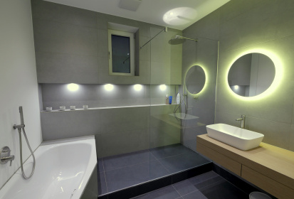 Badezimmer Grau Weiss, Licht, Spiegel, Regendusche ...